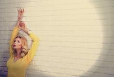 Portrait de jeune femme sensuelle blonde. Image libre de droits