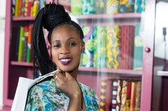 Portrait de jeune femme de sourire dans un magasin de vêtements photo libre de droits