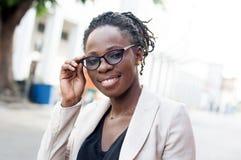 Portrait de jeune femme de sourire en verres Images stock