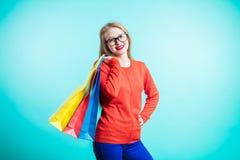 Portrait de jeune femme de sourire heureuse avec des paniers photo libre de droits