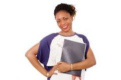 Portrait de jeune femme de sourire se tenant sur le fond blanc Photos libres de droits