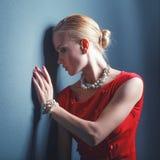 Portrait de jeune femme sur la robe rouge, fond noir d'isolement Photo libre de droits