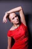 Portrait de jeune femme sur la robe rouge, fond noir d'isolement Images libres de droits