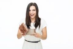 Portrait de jeune femme tenant le cadeau Images stock