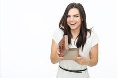 Portrait de jeune femme tenant le cadeau Photographie stock
