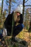 Portrait de jeune femme de tristesse de beauté dans le chapeau blanc dans la forêt image libre de droits