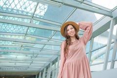 Portrait de jeune femme un embarquement de attente de salon d'aéroport Fille heureuse dans le chapeau dans l'aéroport internation Photos libres de droits