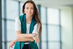 Portrait de jeune femme un embarquement de attente de salon d'aéroport Photographie stock