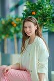 Portrait de jeune femme un embarquement de attente de salon d'aéroport Photos stock