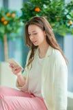 Portrait de jeune femme un embarquement de attente de salon d'aéroport Photo stock