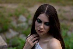 Portrait de jeune fille avec de longs cheveux dans la forêt Image stock
