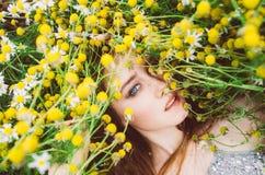 Portrait de jeune fille avec des taches de rousseur photographie stock libre de droits