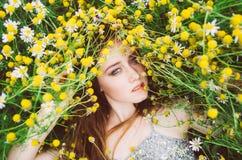 Portrait de jeune fille avec des taches de rousseur photographie stock