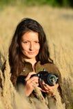 Portrait de jeune fille avec DSLR photos stock