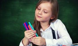Portrait de jeune fille avec le tableau d'école image libre de droits