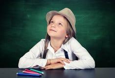 Portrait de jeune fille avec le tableau d'école images stock