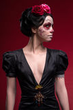 Portrait de jeune fille dans la robe noire avec photo libre de droits