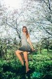 Portrait de jeune fille dans la robe noire et blanche dans la fleur garde Photos stock