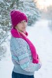 Portrait de jeune fille dans le chapeau et l'écharpe roses Photo stock