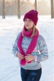 Portrait de jeune fille dans le chapeau et l'écharpe roses dans les avants d'hiver Images libres de droits