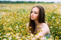 Portrait de jeune fille dans le domaine de camomille images stock