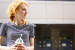 Portrait de jeune fille dans le T-shirt rayé avec la boisson Photo libre de droits