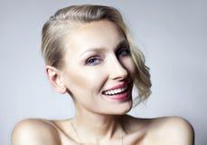 Portrait de jeune fille de sourire. Image libre de droits