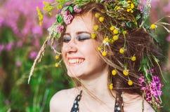 Portrait de jeune fille de sourire avec les yeux fermés photographie stock