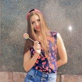 Portrait de jeune fille drôle sexy de mode avec la lucette rouge Photos stock