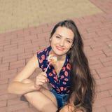 Portrait de jeune fille drôle sexy de mode avec la lucette rouge Images stock
