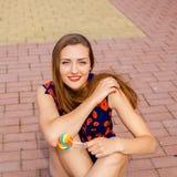 Portrait de jeune fille drôle sexy de mode avec la lucette rouge Photos libres de droits