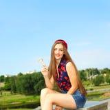 Portrait de jeune fille drôle sexy de mode avec la lucette rouge Image libre de droits