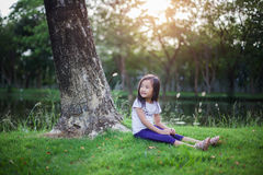 Portrait de jeune fille en parc avec la lumière naturelle Photos libres de droits