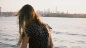 Portrait de jeune fille européenne heureuse dans des lunettes de soleil posant, cheveux soufflant dans le vent sur stupéfier le c clips vidéos