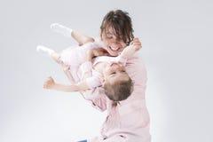 Portrait de jeune fille féminine et sa petite caucasienne jouant ensemble Photo libre de droits
