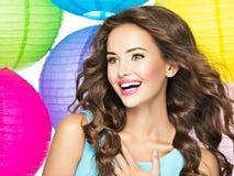 Portrait de jeune fille heureuse avec de longs cheveux bruns Photographie stock libre de droits
