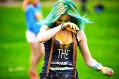 Portrait de jeune fille heureuse sur le festival de couleur de holi Image libre de droits