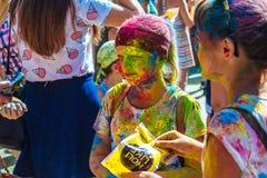 Portrait de jeune fille heureuse sur le festival de couleur de holi Photographie stock libre de droits