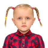 Portrait de jeune fille mignonne avec des tresses d'isolement photographie stock