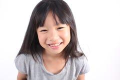 Portrait de jeune fille mignonne sur le fond blanc image libre de droits
