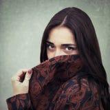 Portrait de jeune fille sensuelle de brune dehors Images stock