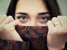 Portrait de jeune fille sensuelle de brune dehors Photo libre de droits
