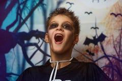 Portrait de jeune garçon dans le costume squelettique avec le maquillage Célébration des vacances Halloween, le garçon dans l'ima photos stock