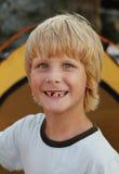 Portrait de jeune garçon de sourire photographie stock libre de droits