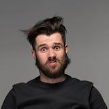 Portrait de jeune homme ébouriffé dans le studio Photos libres de droits