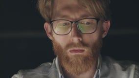 Portrait de jeune homme architecte travaillant dans le bureau moderne la nuit banque de vidéos