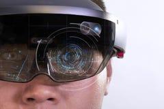 Portrait de jeune homme avec des hololens en verre d'usage d'oeil de la réalité virtuelle 3D image libre de droits