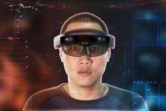 Portrait de jeune homme avec des hololens en verre d'usage d'oeil de la réalité virtuelle 3D photo libre de droits