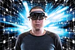 Portrait de jeune homme avec des hololens en verre d'usage d'oeil de la réalité virtuelle 3D photos libres de droits