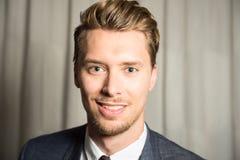Portrait de jeune homme avec des yeux bleus et des cheveux blonds Photographie stock